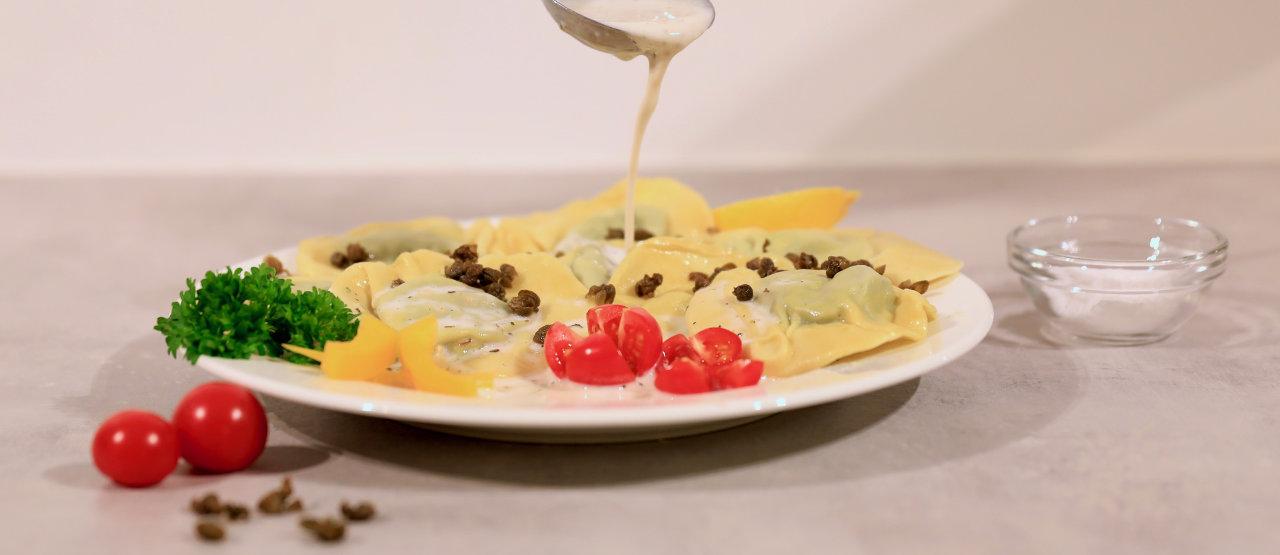 Hjemmelaget ravioli uten melk er kjempegodt med melkefri fløtesaus