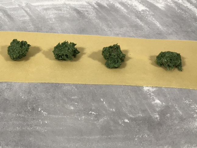 Legg spinatfyllet med passe avstand mellom klattene.