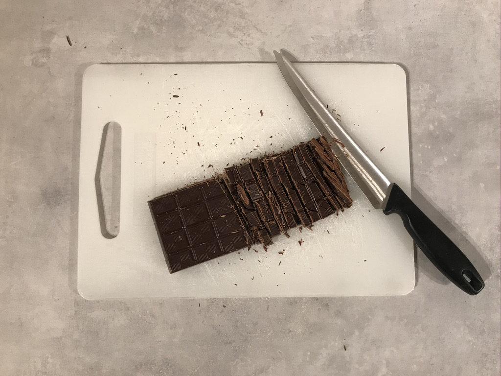 Sjokolade som hakkes opp