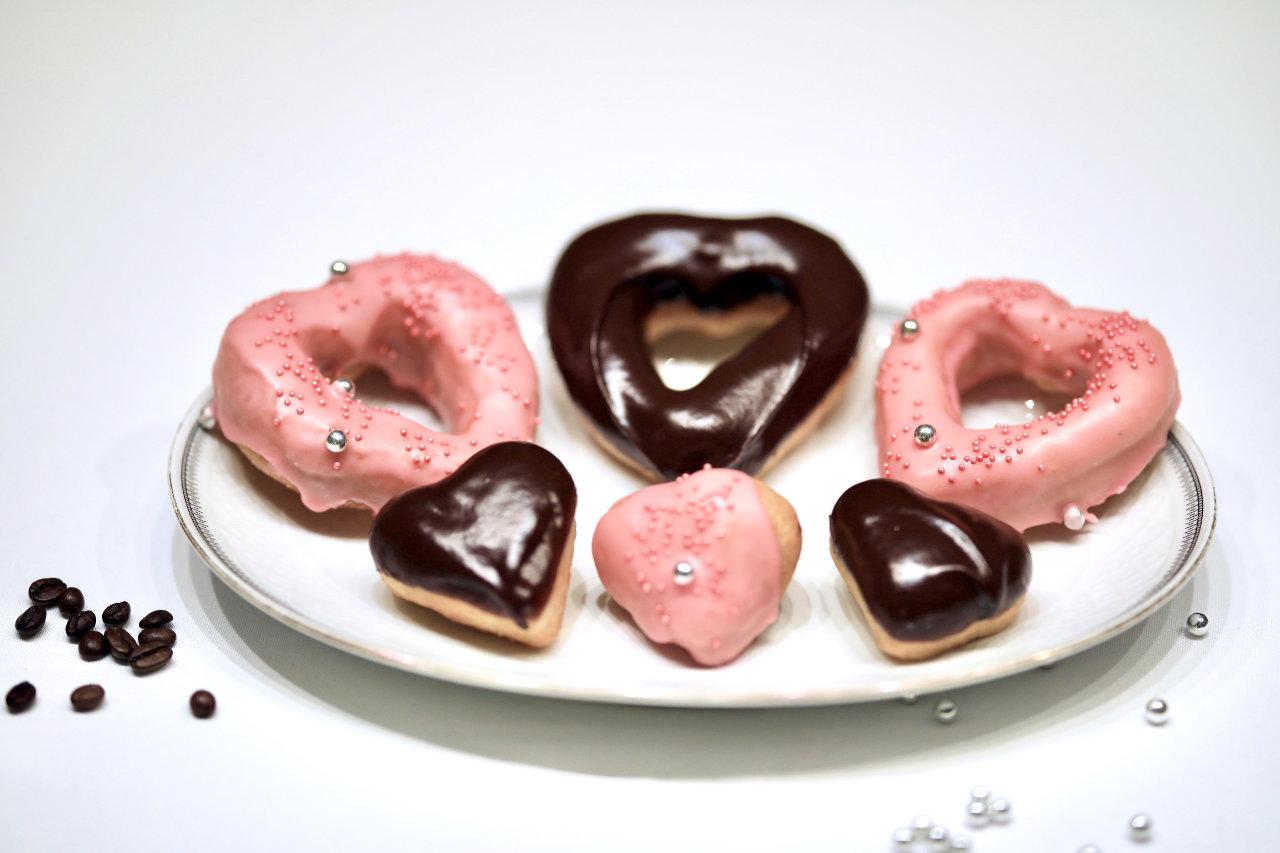 Ferdige hjerteformede donuts uten melk på et fat