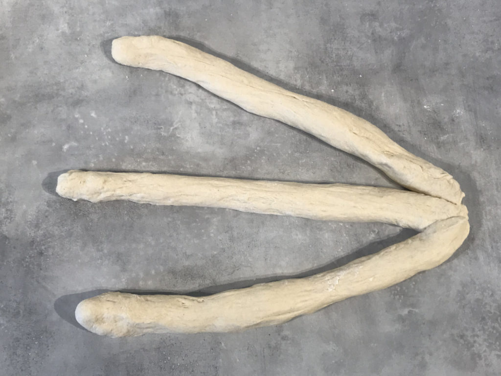 Fletteloffdeig delt i tre pølser