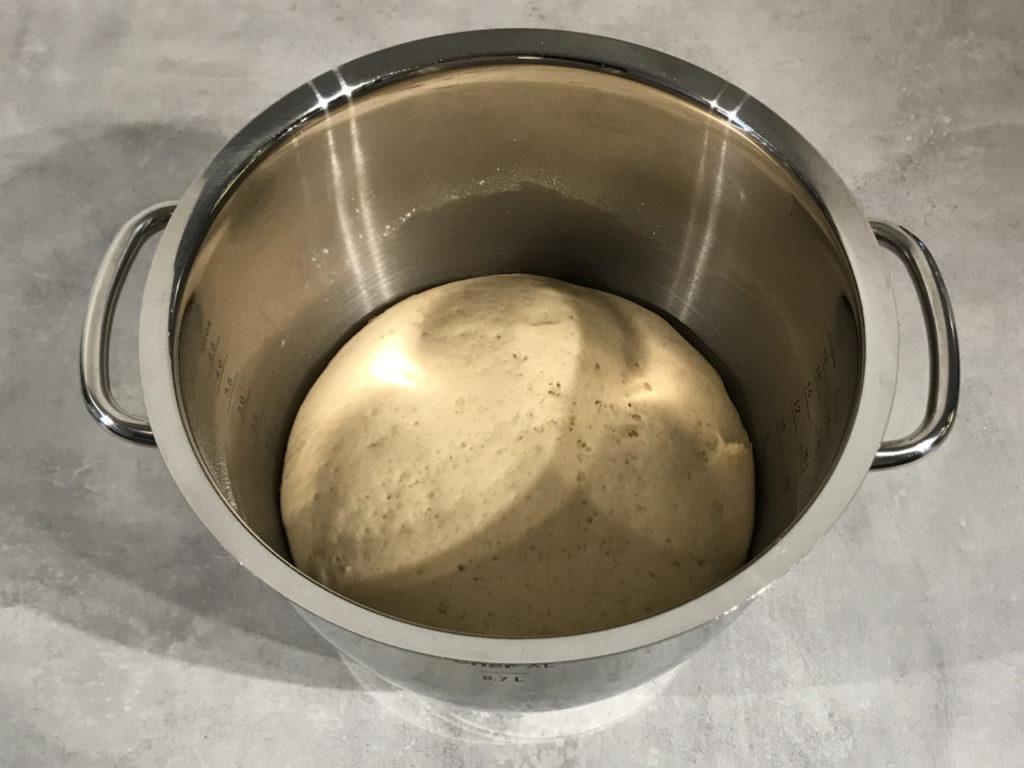 Steamed buns deig som er ferdig hevd, luftig og hullete.
