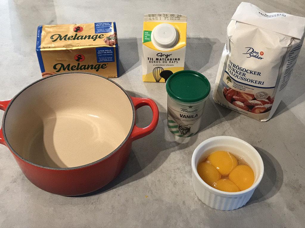 Ingredienser på bildet: melange uten melk, gryr fløte, sukker, eggeplommer, vaniljesukker og sukker