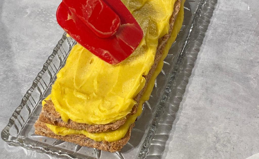 Gul kake uten melk der den gule kremen smøres mellom de to bunndelene og på toppen