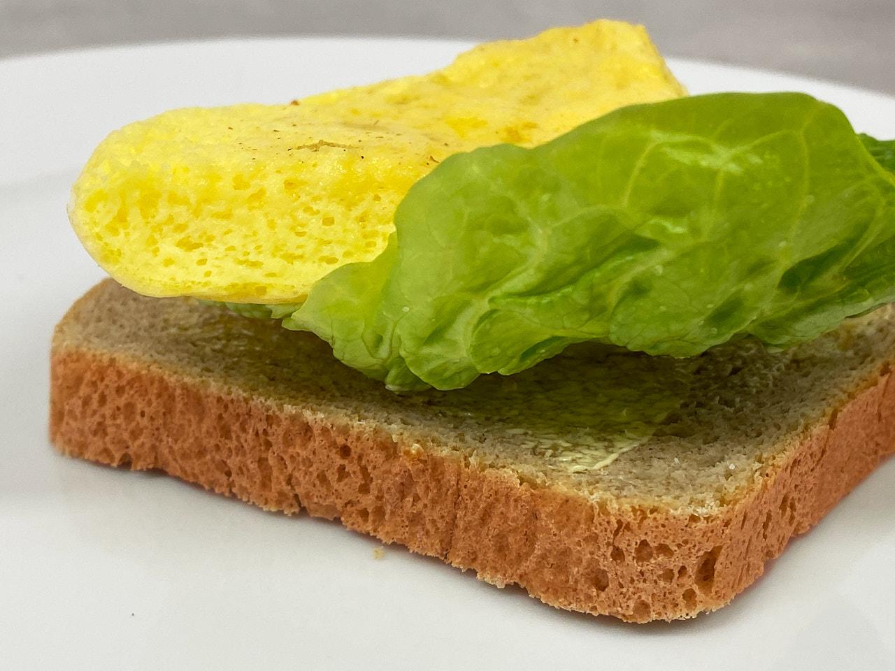 Omelett på ristet brød med et salatblad